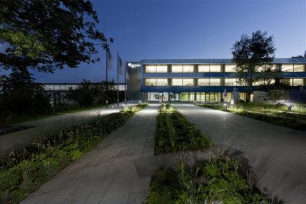 Dämmerungsaufnahme eines Bürogebäudes in Rehau, Nachtaufnahme, Eingangsbereich, Lichtakzent